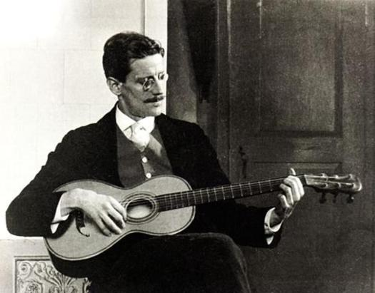 James_Joyce_in_1915-bicubic.jpg